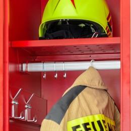 Das Helmfach von rotstahl® gewährleistet die fachgerechte Lagerung des Helms. Durch die Aussparung im Fachboden kann der Nackenschutz in diesem Feuerwehrspind knickfrei gelagert werden.