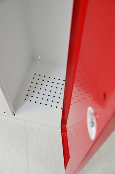 Die rotstahl® Einsatzspinde verfügen über ein effizientes Belüftungssystem mit perforierten Böden und Lüftungsschlitzen