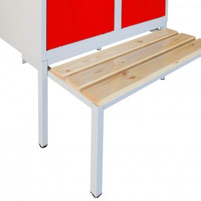 Untergebaute Sitzbänke ergänzen Metallspinde für komfortable Umkleiden