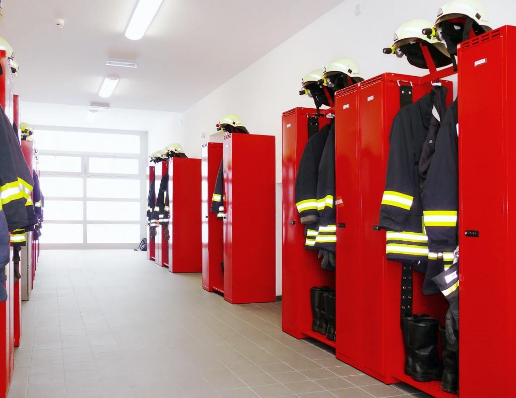 Feuerwehrgarderobe FLEX, die Garderobe für Feuerwehr und THW Umkleiden. Offene, besonders luftige Lagerung mit Schwarz-Weiß-Trennung.