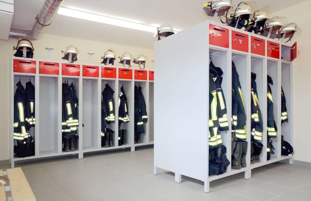 Der Feuerwehrspind PRO gewährleistet auch in kleinen Umkleideräumen eine fachgerechte Lagerung der Einsatzkleidung für Feuerwehr und THW-