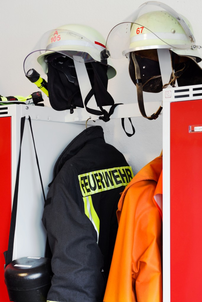 Feuerwehr-Garderobe FLEX mit offener Aufbewahrung für PSA und Ausrüstung