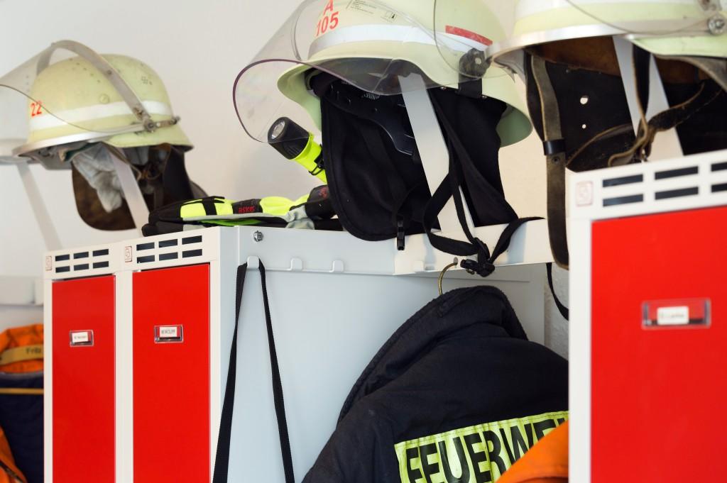 Garderobe für Feuerwehren mit Schwarz-Weiß-Trennung auf wenig Raum
