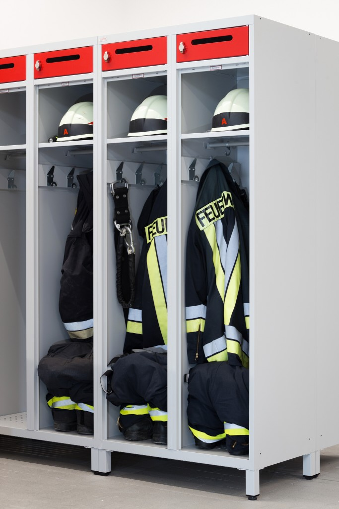 Einsatzausrüstung und PSA verstaut im Feuerwehrspind KOMFORT