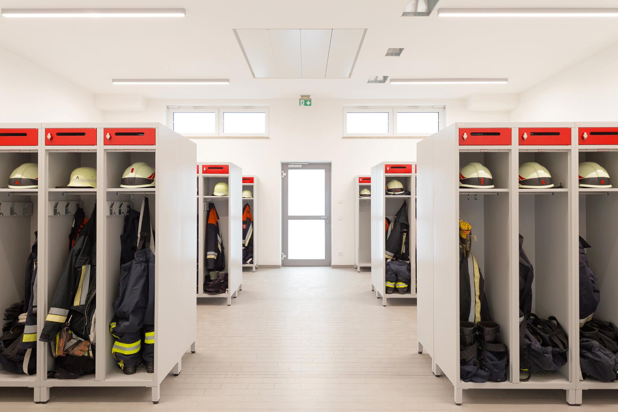 Feuerwehrspinde mit integriertem Helmfach für Feuerwehrumkleiden