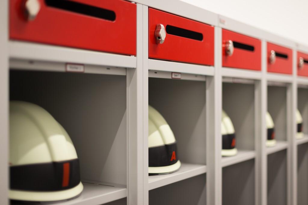 Helm- und Wertfach auf komfortabler Höhe