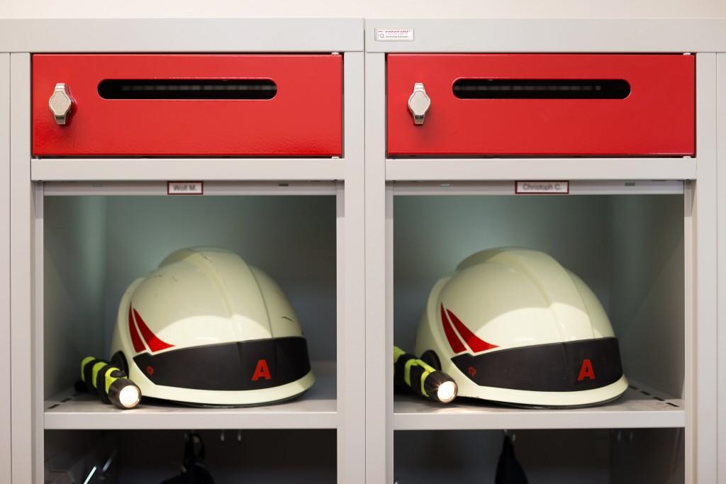 Integriertes Helmfach für komfortable Entnahmehöhe