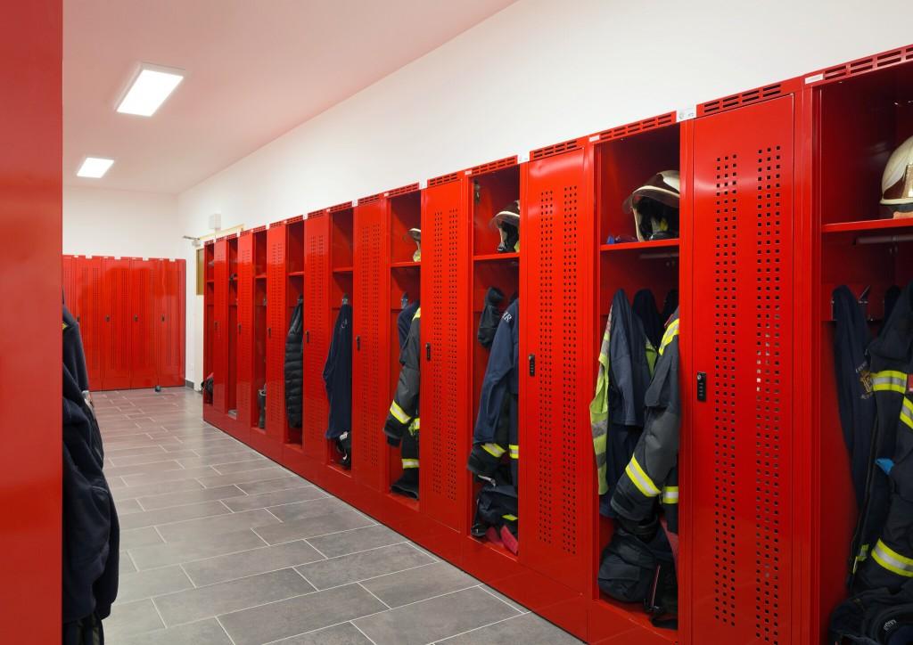 Kleidertrennung für Feuerwehren mit dem Feuerwehrspind DEVIS