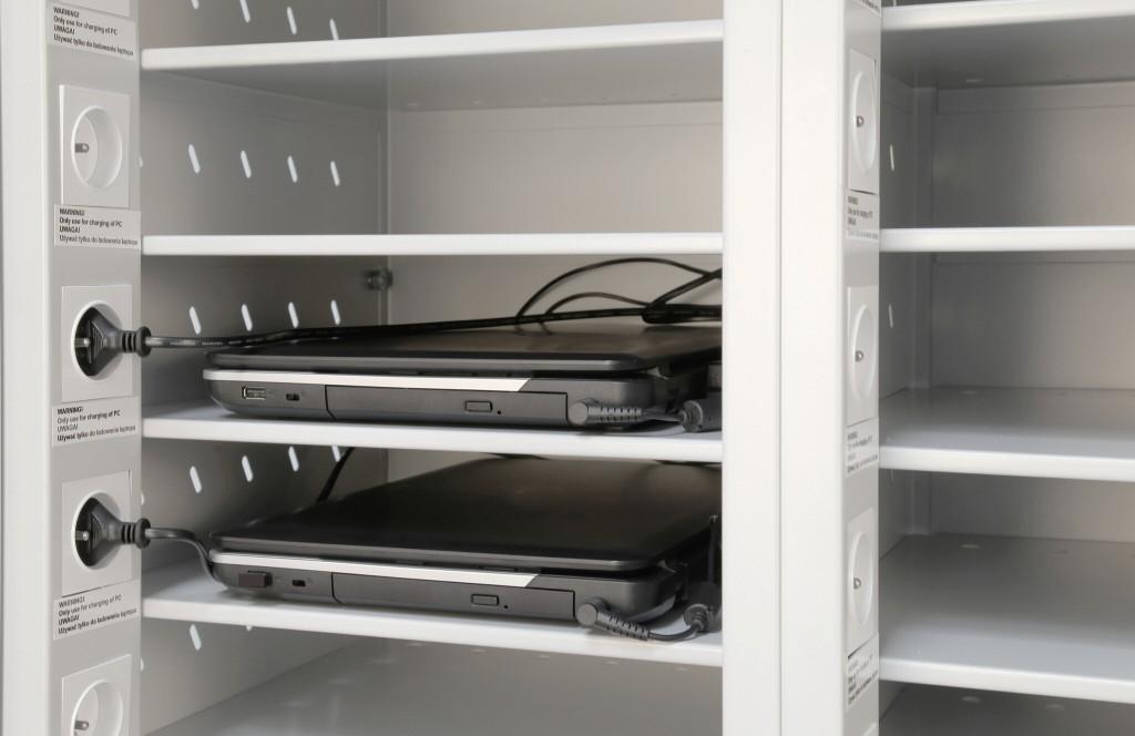 Fächer im Laptopschrank mit Steckdose zum gleichzeitigen aufladen