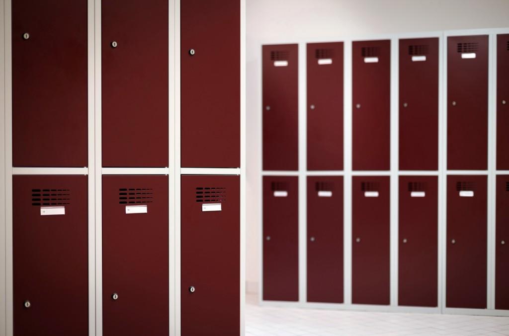 Garderobenschrank mit Namensetikett und Lüftungsschlitzen