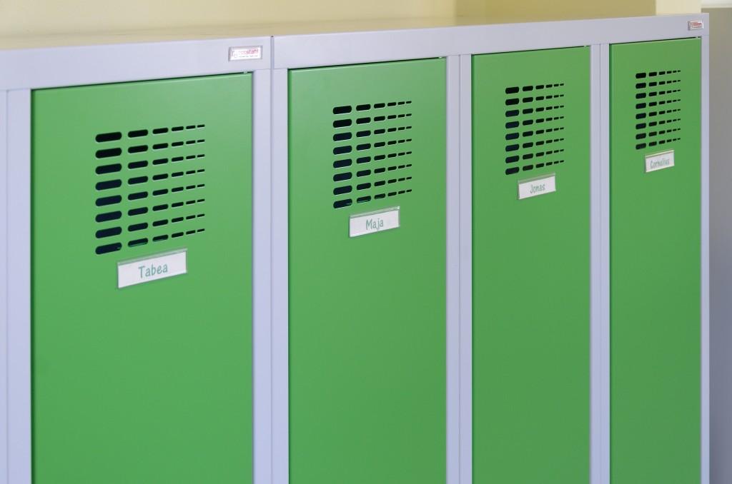 Schulspinde mit Lüftungsschlitzen und Namensschild