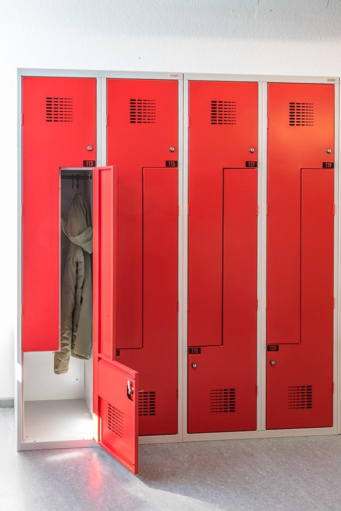 Z-Garderobenschrank mit platzsparenden Abteilen