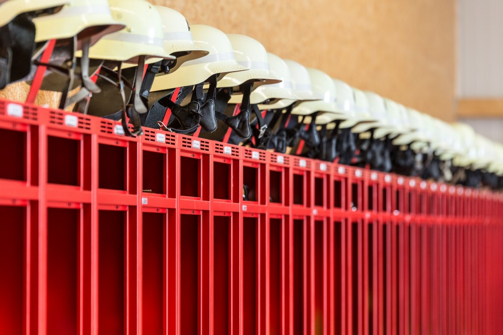 Ergonomischer Helmhalter für Feuerwehrschränke