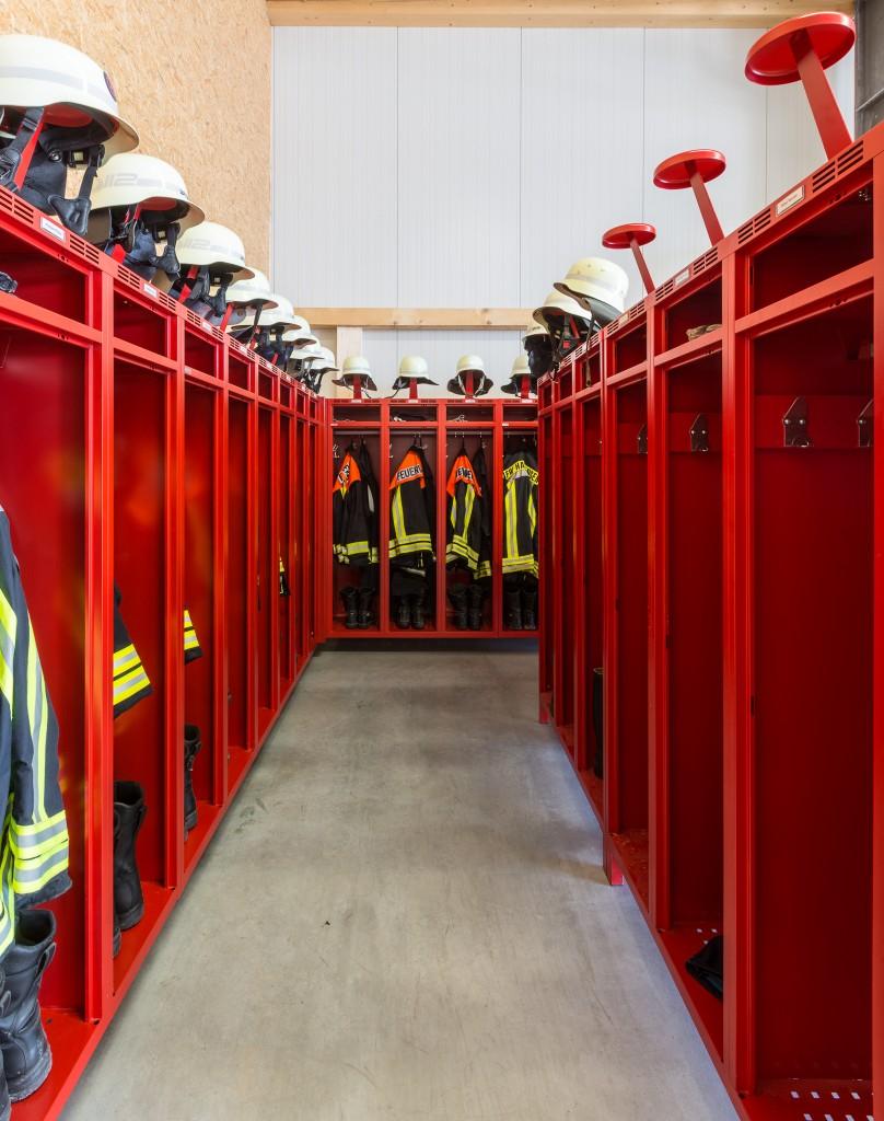 Feuerwehrschränke mit Helmhalter