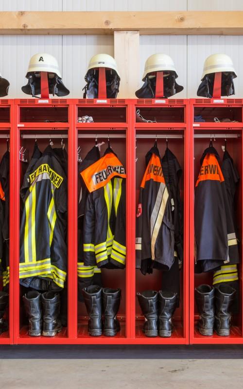 Platz für Stiefel und Ausrüstung im Feuerwehrschrank