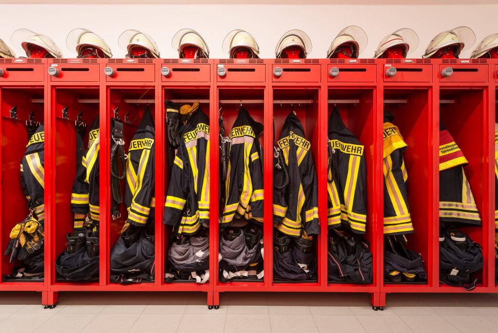 Einsatzkleidung sauber verstaut im Abteil des Feuerwehrspind PRO