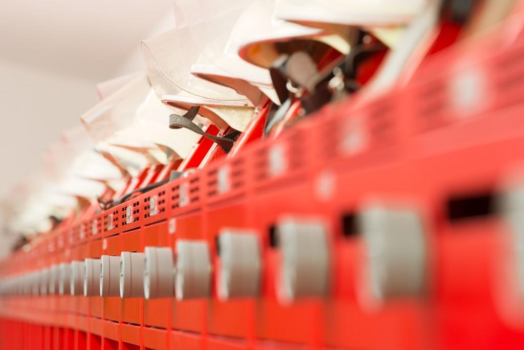 Flexible Helmhalter für schneller Helmentnahme auf dem Feuerwehrspind PRO