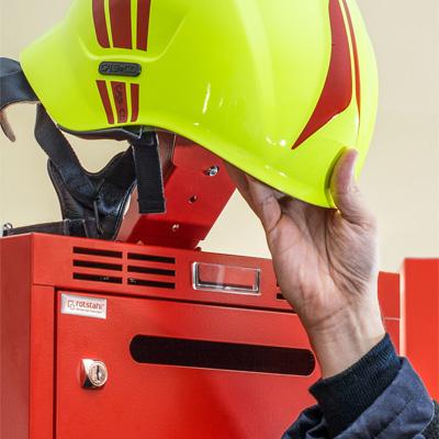 Flexibler Helmhalter für schnelle Helmentnahme in einer Klappbewegung