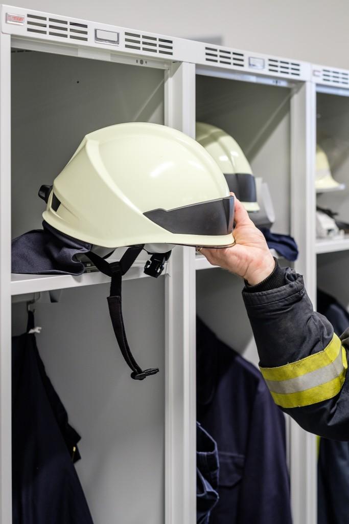 Flexibler Helmhalter zum Ausklappen für blitzschnelle Helmentnahme