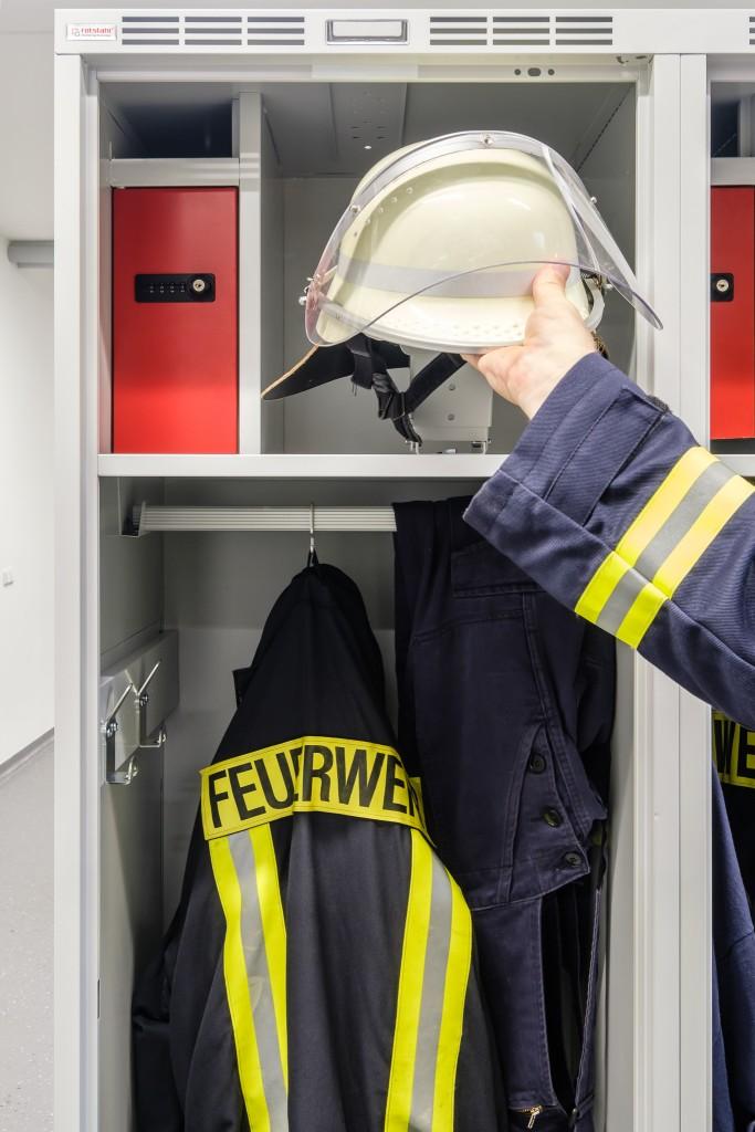 Geräumiger Feuerwehrschrank PROFI mit Wertfach, Helmhalter und mehr als 50 cm Abteilbreite