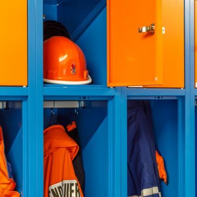 Helm und Uniform der Jugendfeuerwehr auf Augenhöhe im JFW-Spind JUNIOR