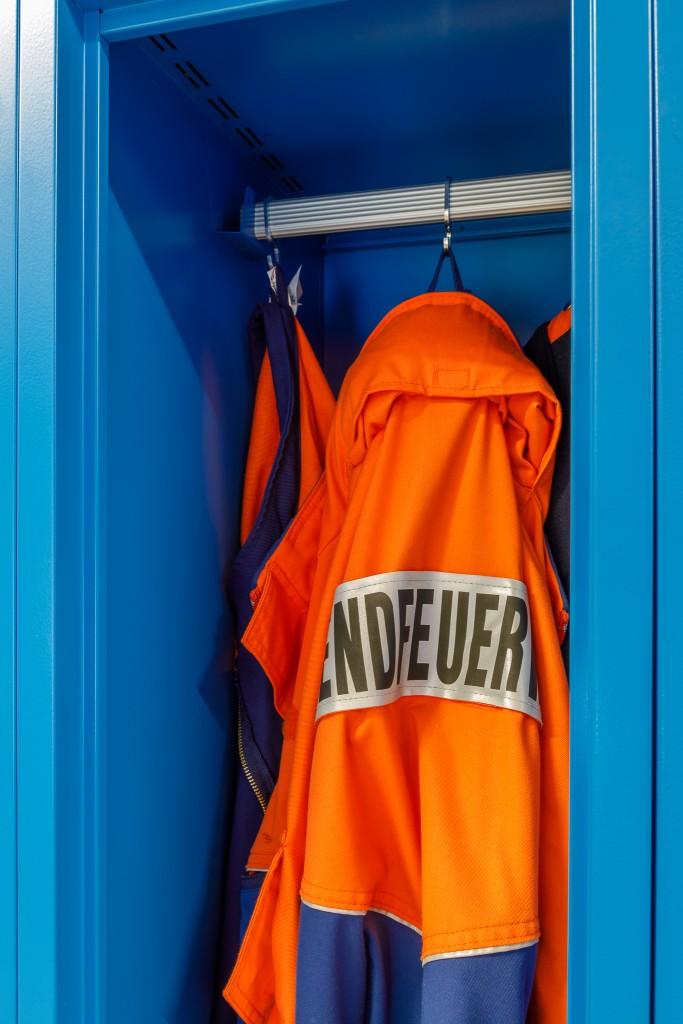 Uniform der JFW sauber verstaut im JUNIOR-Spind