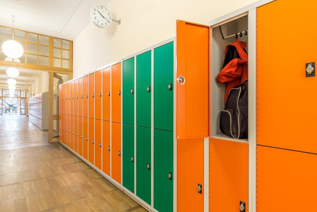 Aufgeräumte Flure und Brandschutz konformer Stauraum für Schulen