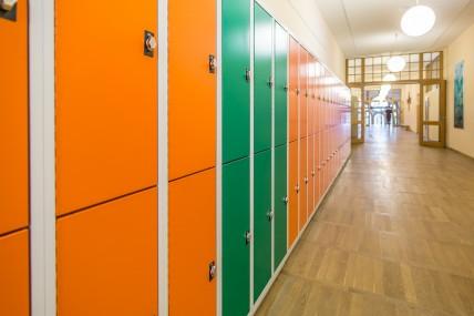Farbenfrohe Schränke für Schulen