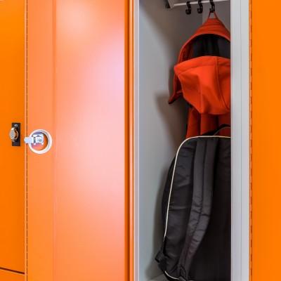 Praktischer Stauraum und viel Platz für Jacke, Rucksack und Bücher
