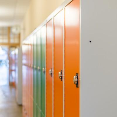 Schließfächer für Schulen mit Schrägdach