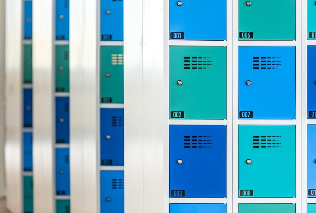 Schließfächer mit Zylinderschloss, Lüftungsschlitzen und Nummerierung
