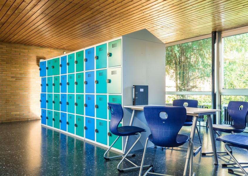 Fächerschränke als funktionale Raumteiler in Schulen