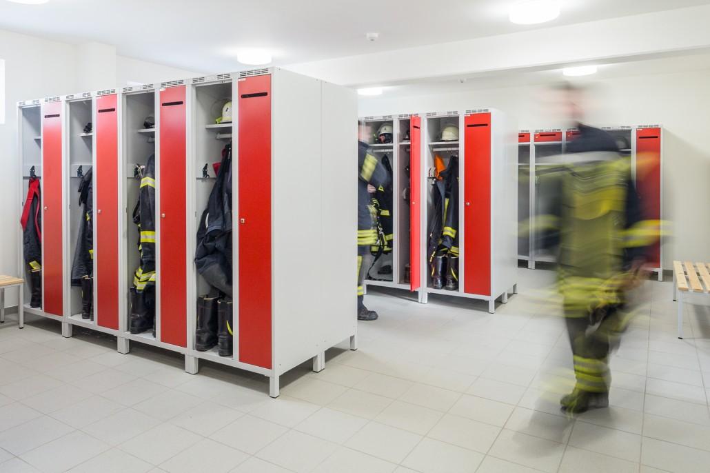 Feuerwehrspinde mit Schwarz-Weiß-Trennung sorgen für Ordnung im Gerätehaus