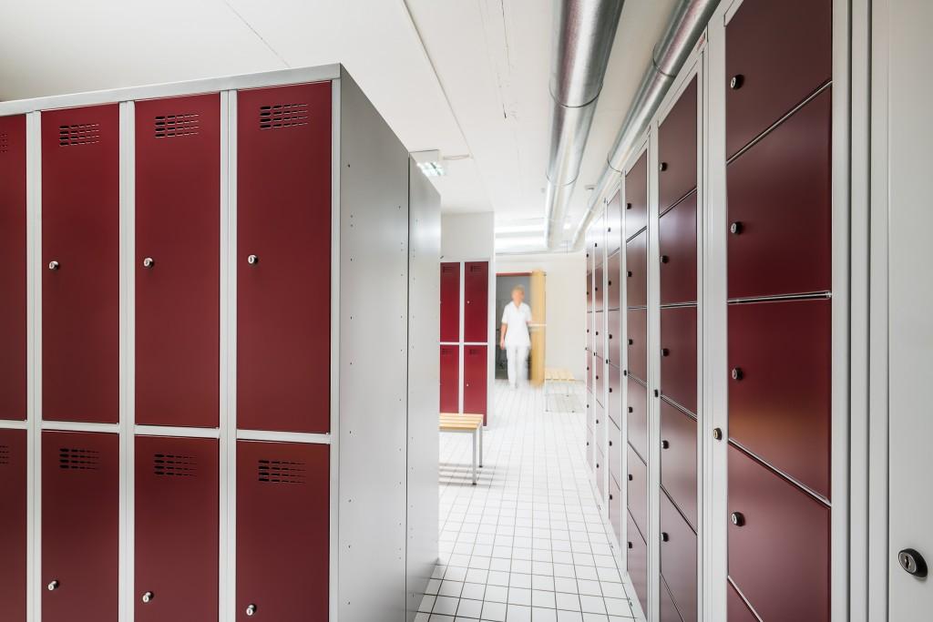 Garderobenschränke und Sitzbänke für Sozialräume
