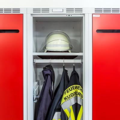 Saubere Schwarz-Weiß-Kleidertrennung im DEVIS Feuerwehrschrank