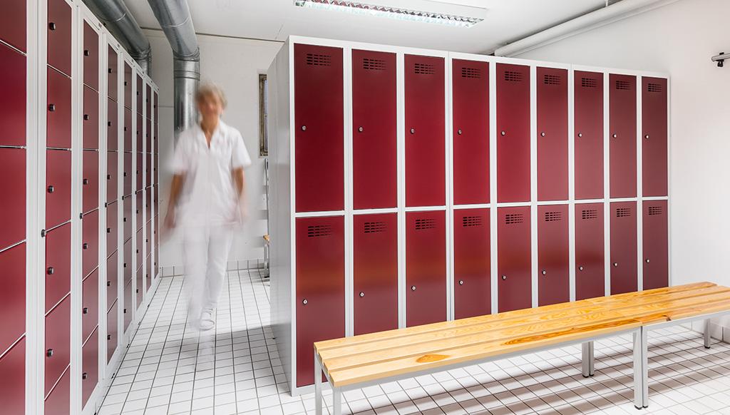 Spinde und Wäscheschränke für Pflegepersonal in den Umkleideräumen