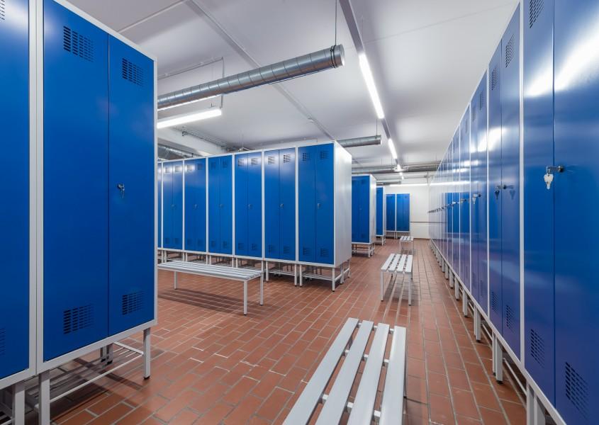 Doppelspinde ermöglichen die getrennte Lagerung von Arbeitssachen und privater Kleidung.