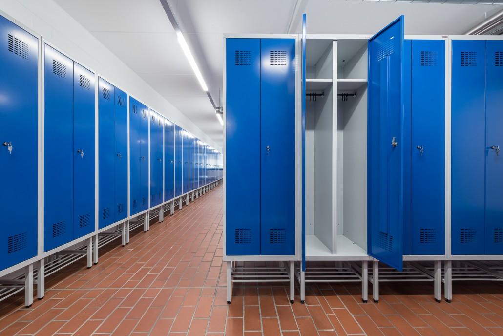 Hochwertige Doppelspinde mit geräumigen Abteilen für die Kleidertrennung