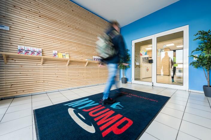 Neue Indoor-Halle mit rotstahl Schränken ausgestattet
