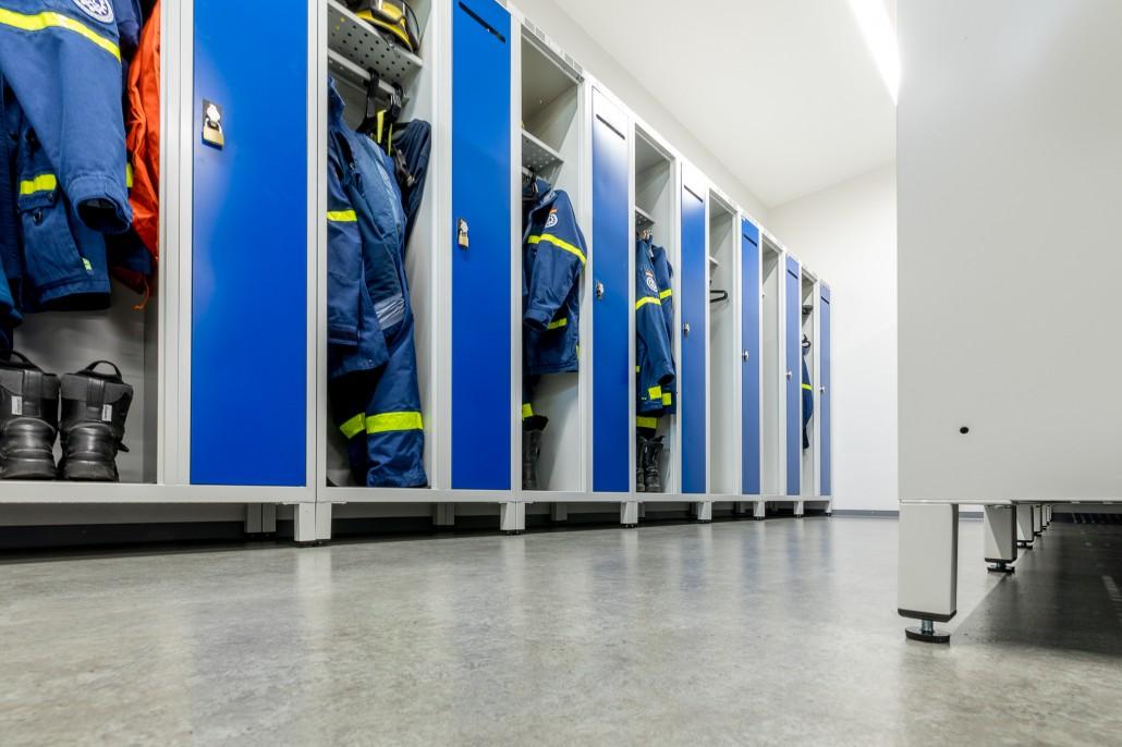 Einsatzspind DEVIS mit höhenverstellbaren Füßen für sicheren Stand