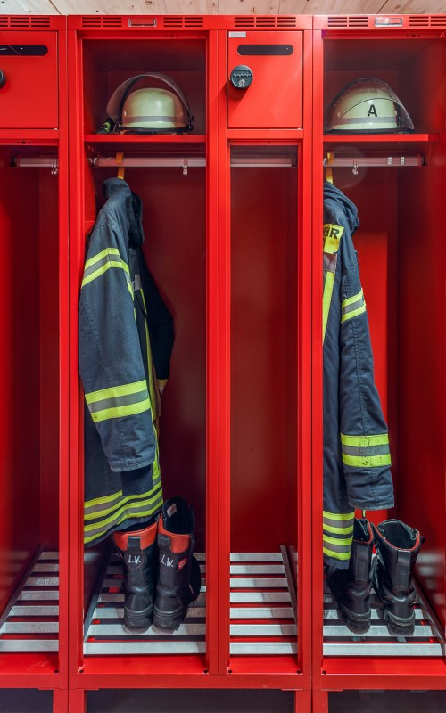 griffbereit und optimal durchlüftet: Einsatzausrüstung in einem offenen Abteil