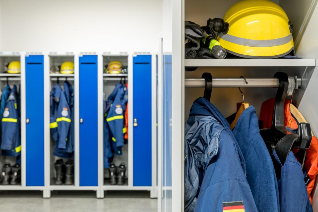 Kleidertrennung mit viel Platz für Ausrüstung