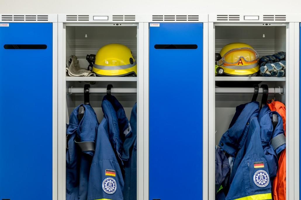 Schwarz-Weiß-Trennung in geräumigen Abteilen für THW und Rettungskräfte