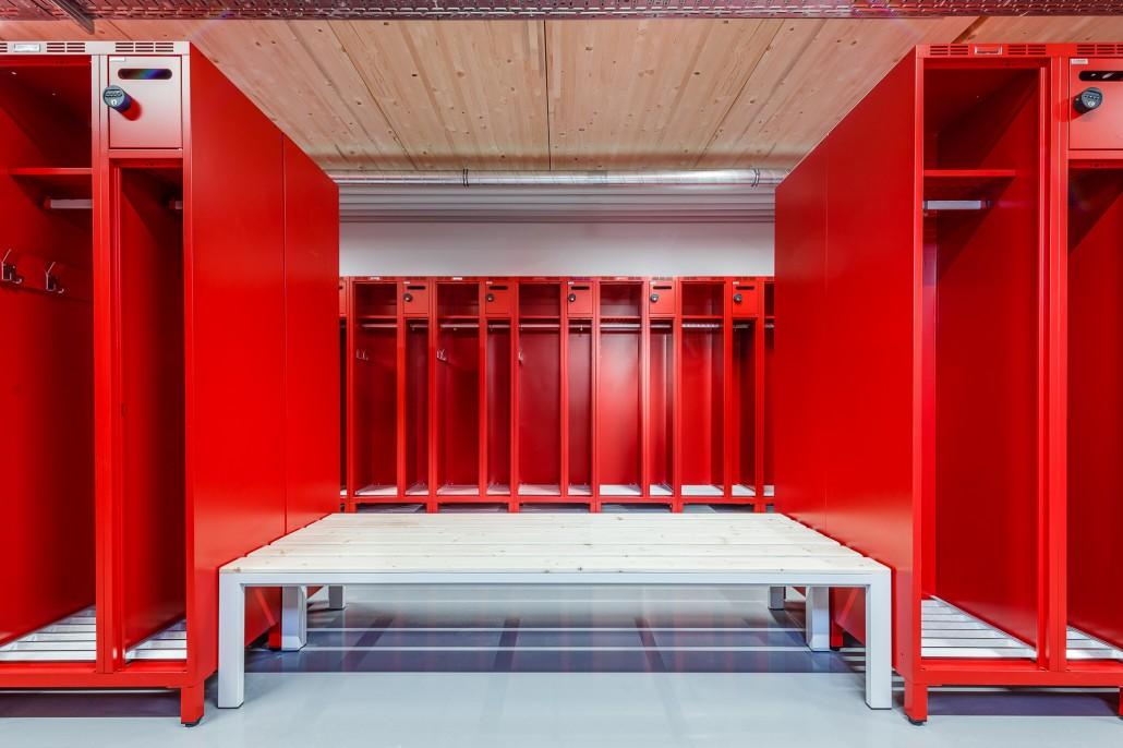 zusätzliche Sitzbänke schaffen praktische Ablage- und Sitzmöglichkeiten