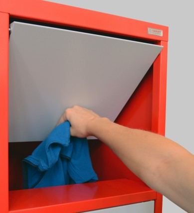 Der Wäschesammelschrank von rotstahl erleichtert die Rückgabe von Textilien.