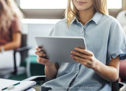 Tablets in Schulen sicher aufbewahren und laden mit Tabletwagen von rotstahl®