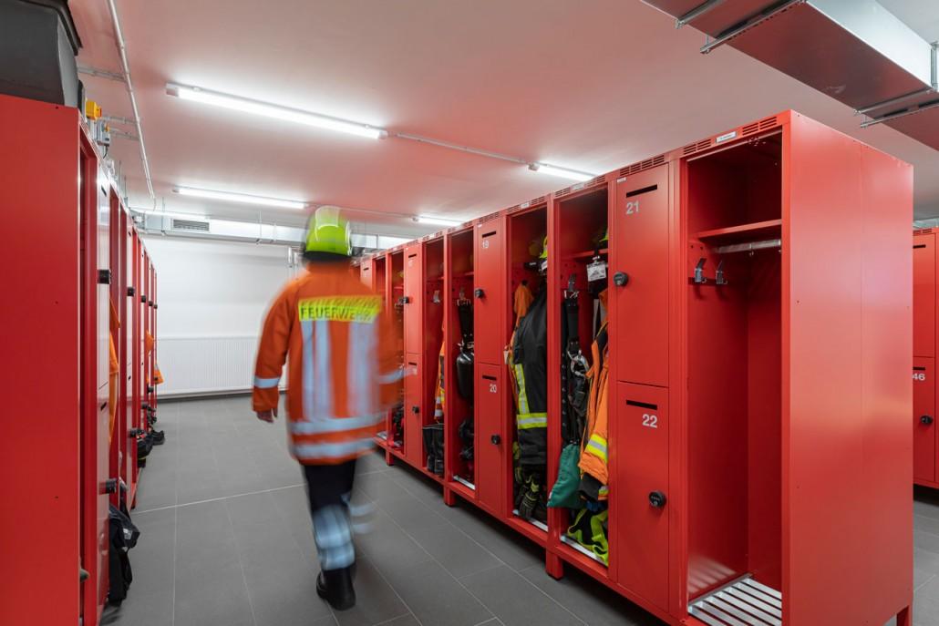 Feuerwehrspind-Sonderbau mit zwei offenen Abteilen und zwei übereinander liegenden abschließbaren Privatabteilfächern.