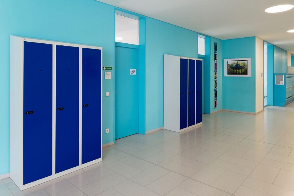 Enzianblaue Schulspinde in der International School Hamburg   rotstahl®