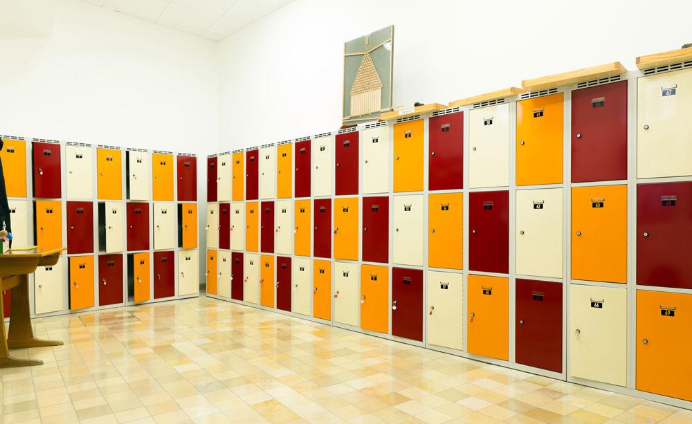 Farbenfrohe Schließfachschränke in der St. Ursula-Schule Würzburg   rotstahl®