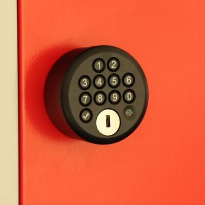 Digitales Codeschloss an roter Schließfachtür | rotstahl